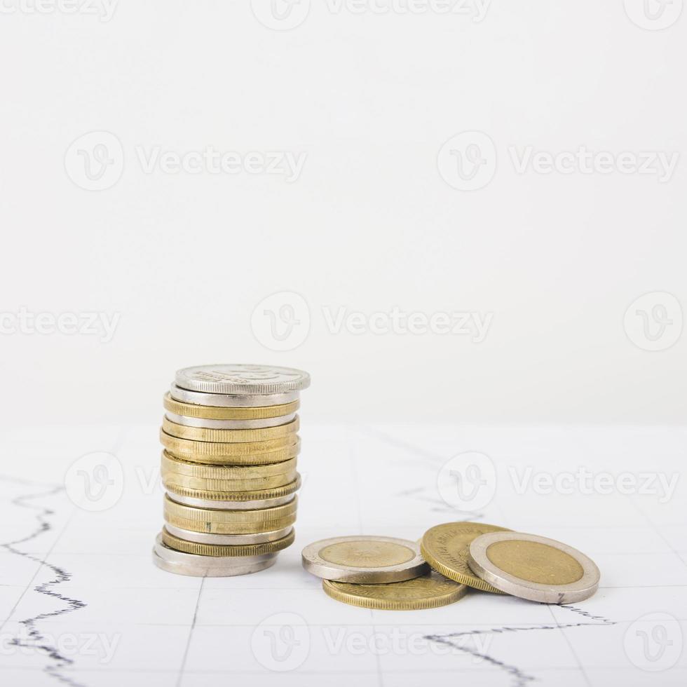 pile di monete sul tavolo bianco foto