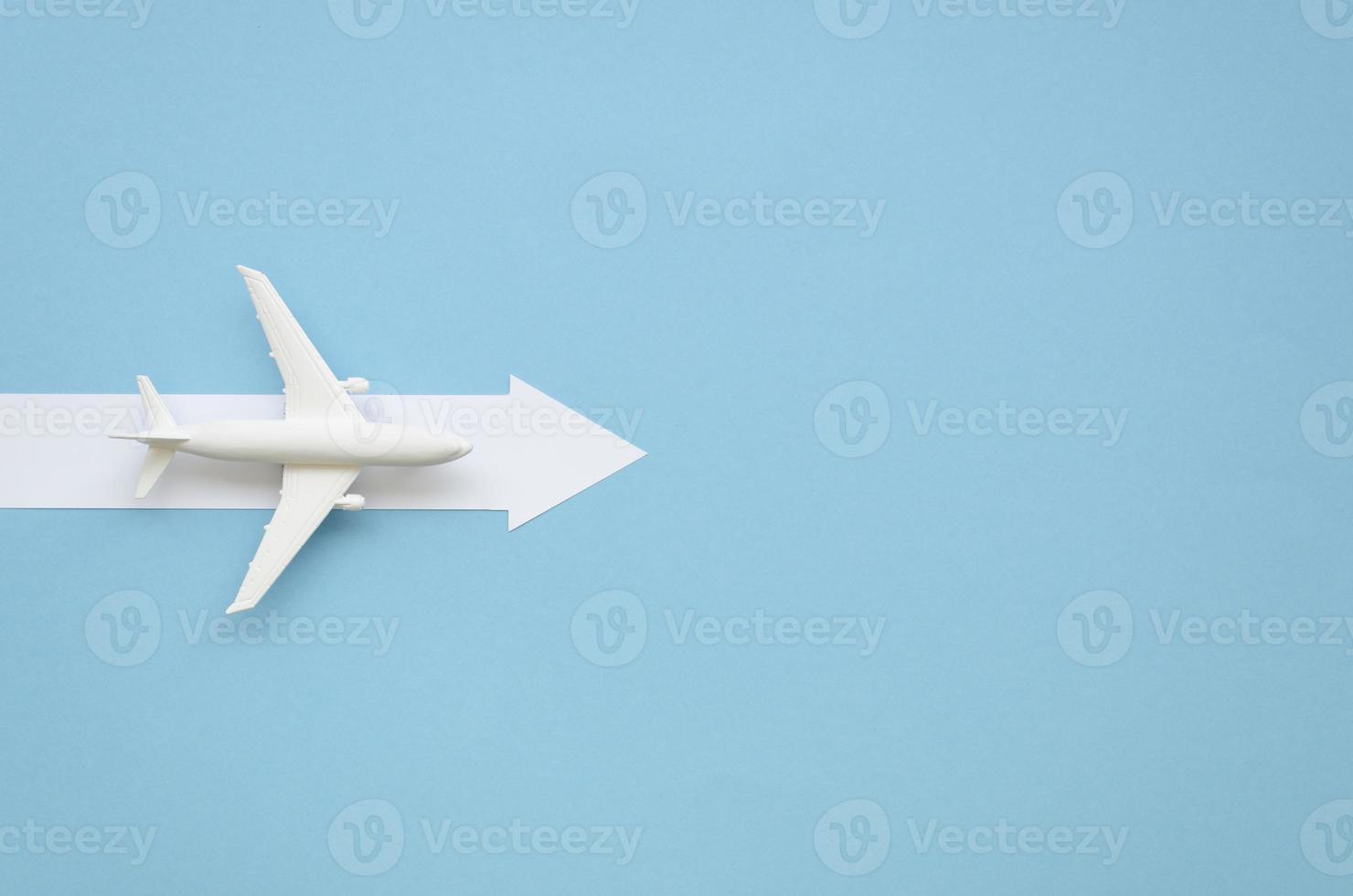 copia spazio aereo con la direzione della freccia su sfondo azzurro foto