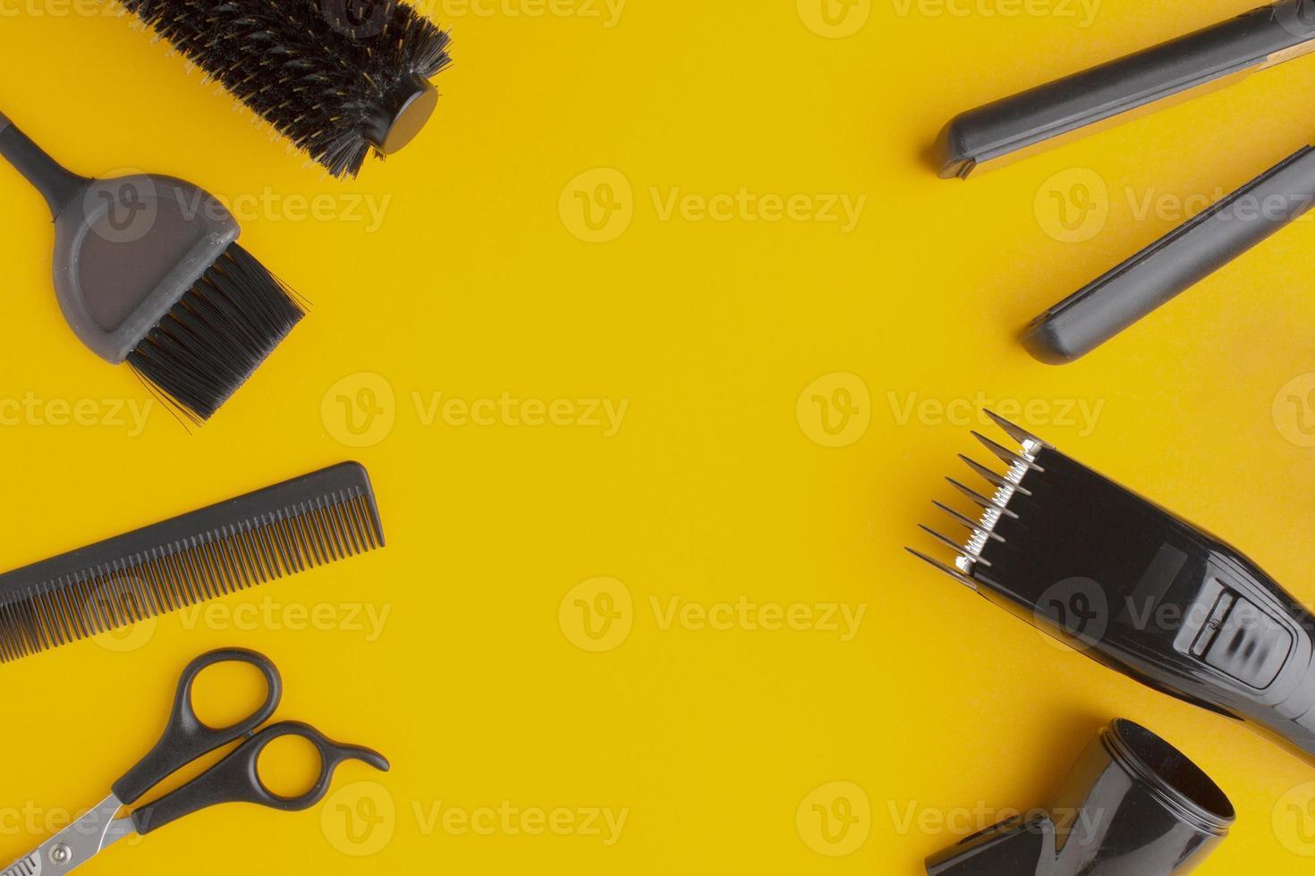 copia spazio circondato da forniture per capelli su sfondo giallo foto
