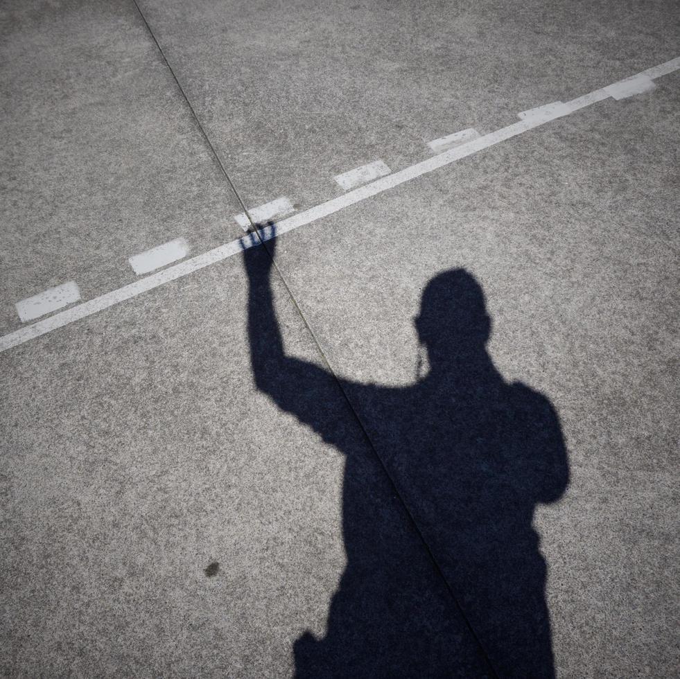 sagoma ombra dell'uomo sul terreno foto
