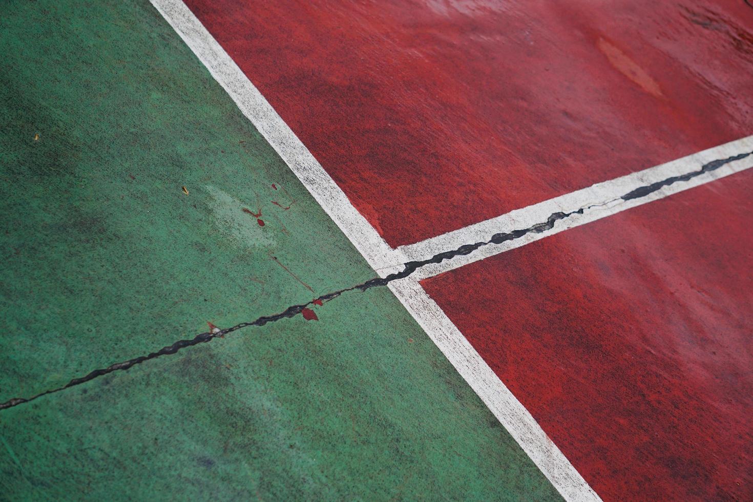 vecchio campo da tennis abbandonato foto