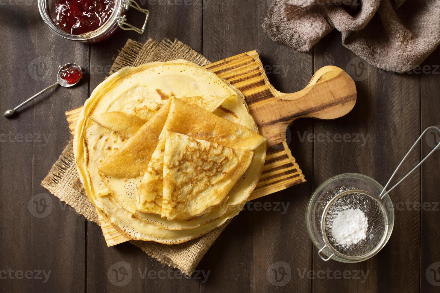 delizioso dessert crepe invernale con marmellata e zucchero foto