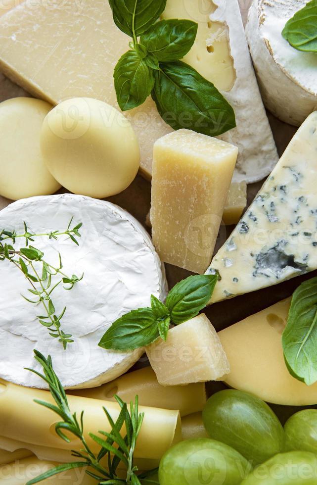 vista dall'alto di formaggio e uva verde foto