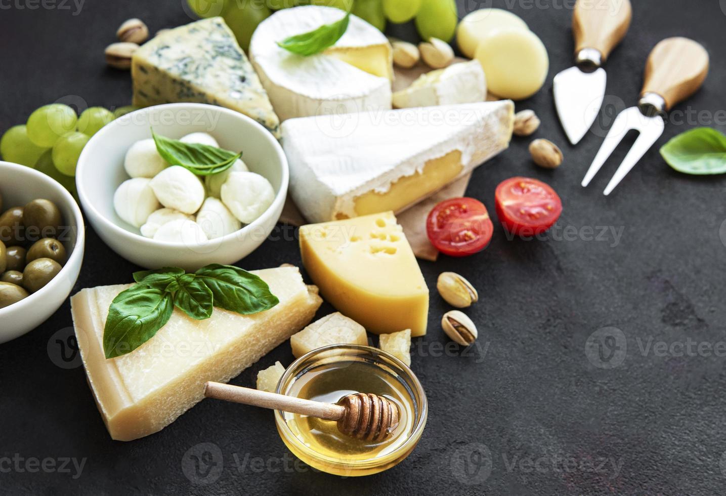 vista di formaggio, uva, miele e snack foto