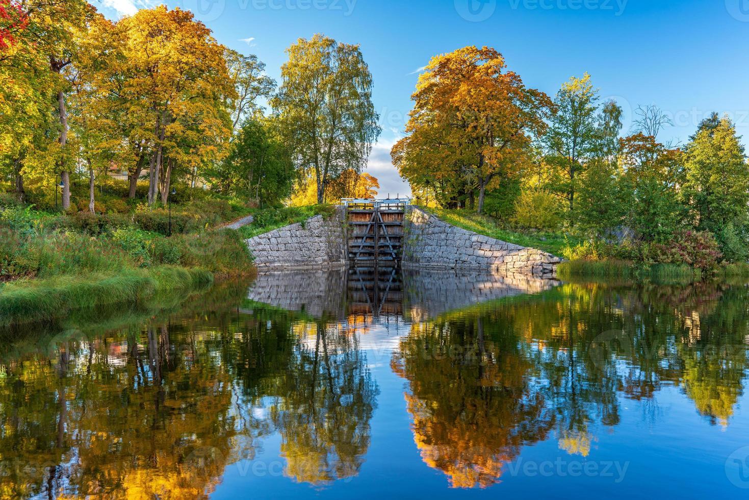 bella vista autunnale di una serratura in Svezia foto