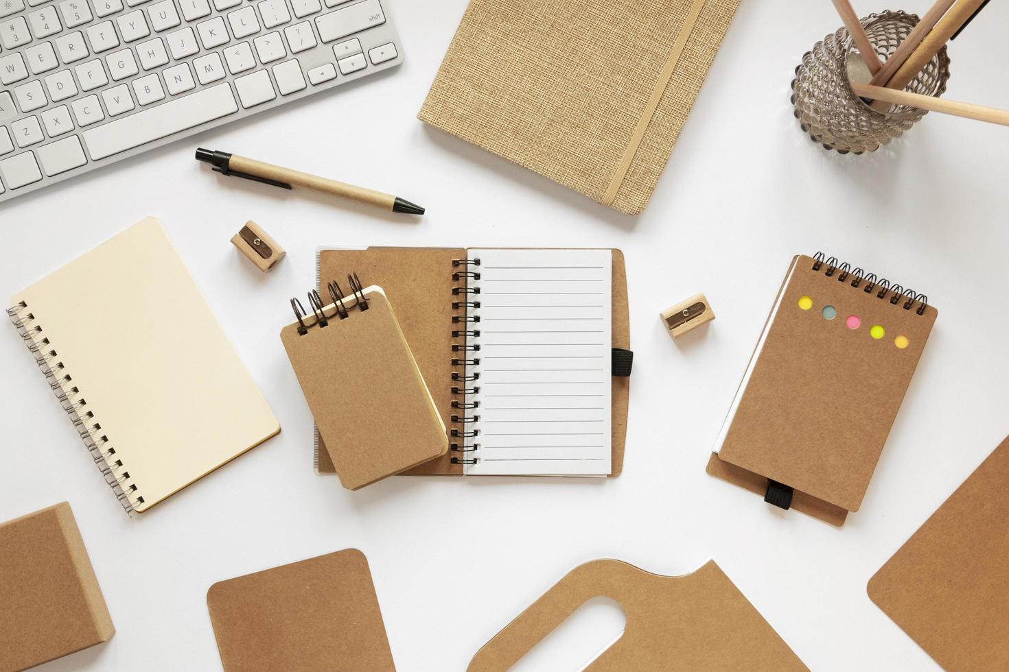 assortimento di quaderni in carta riciclata foto