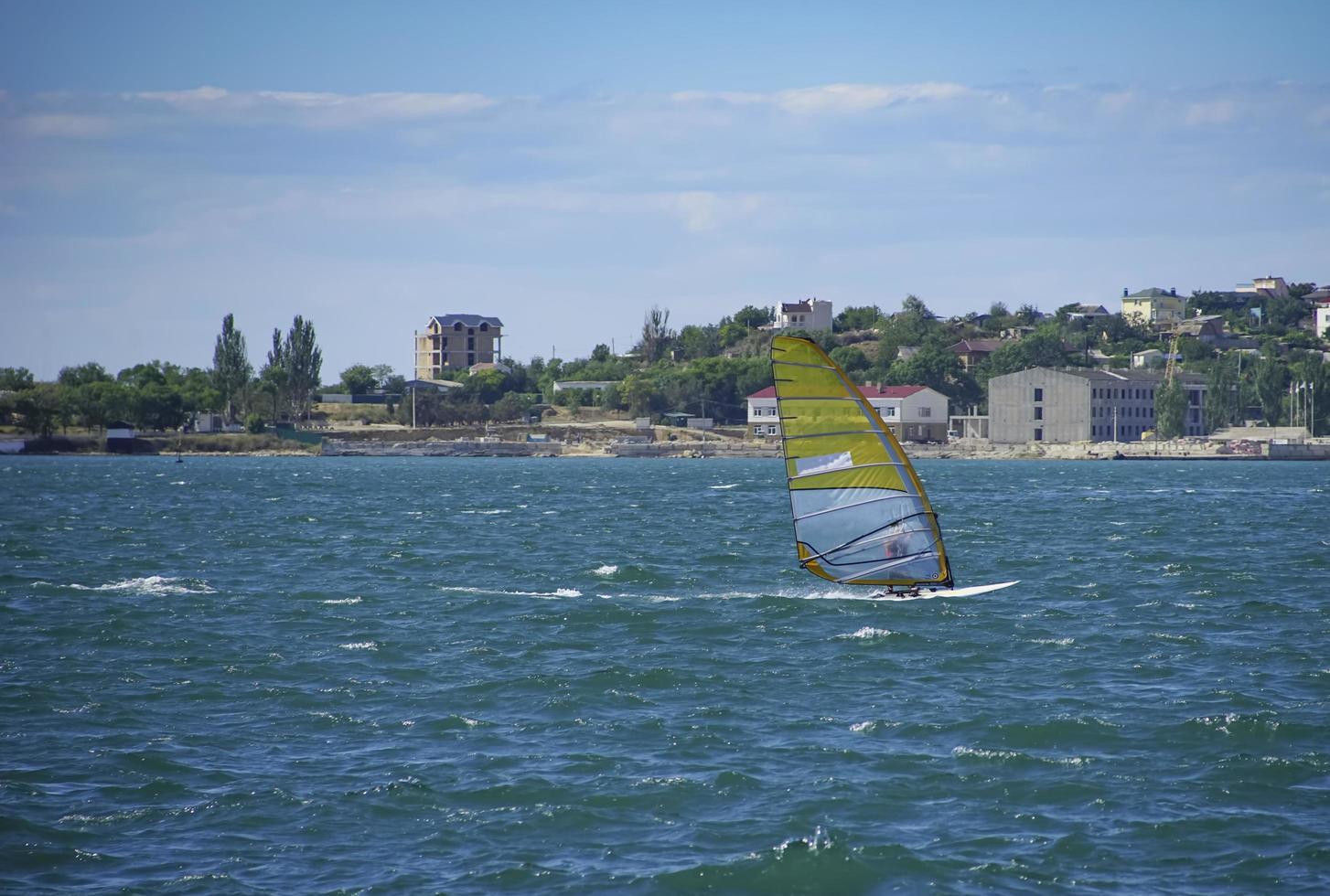 barca a vela in mare sullo sfondo della costa foto