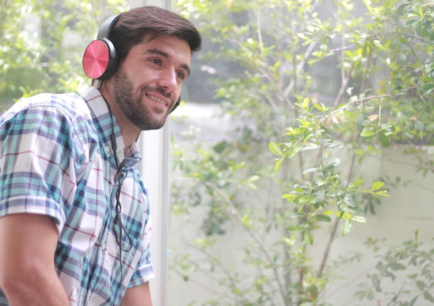 uomo bello che ascolta felicemente la musica foto