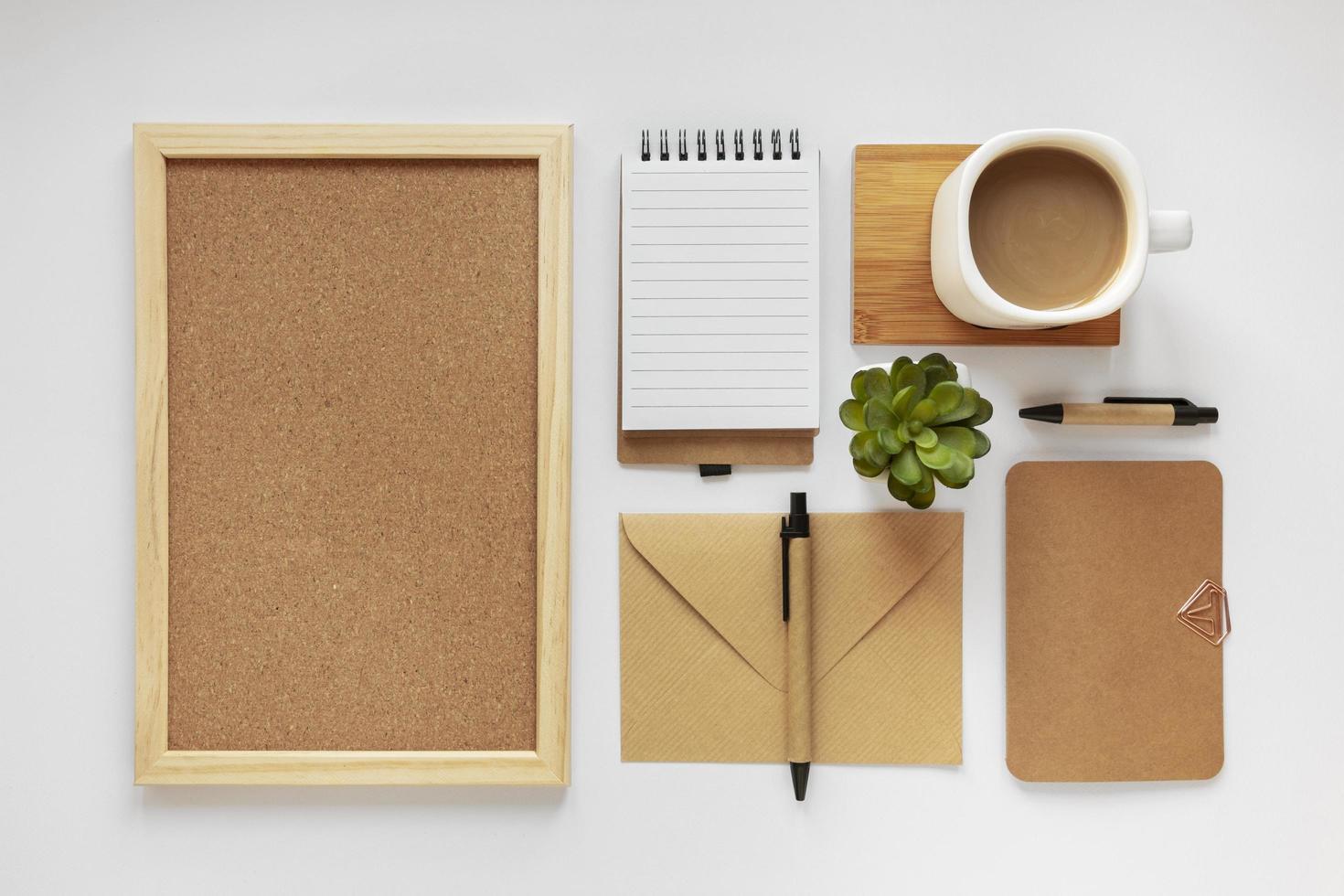 disposizione piatta dei materiali della scrivania foto