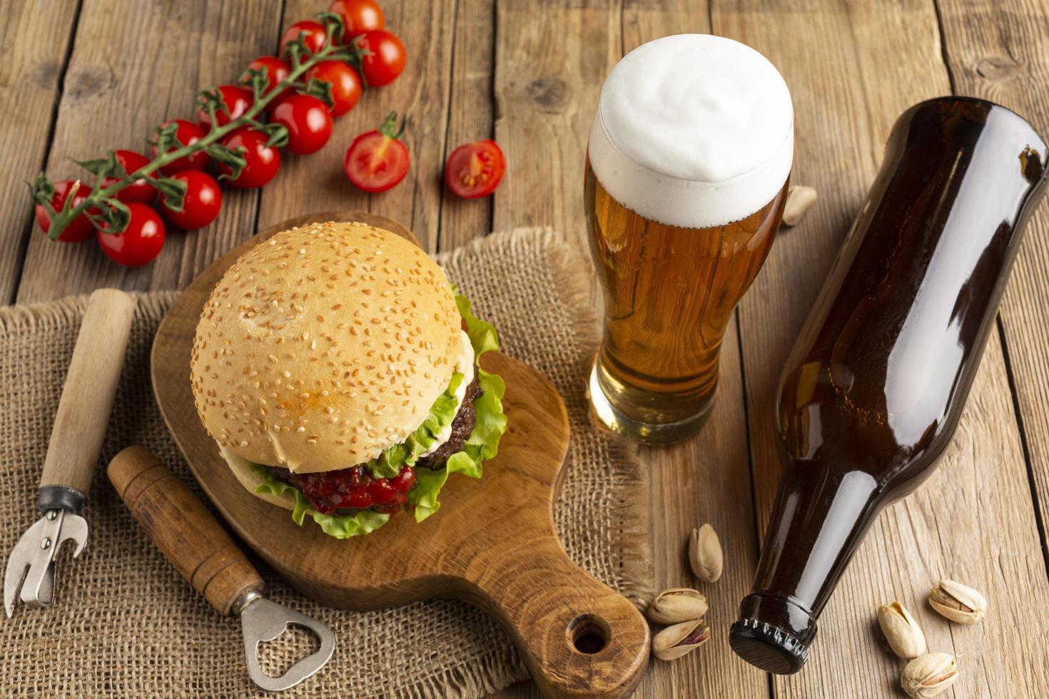 hamburger e birre foto