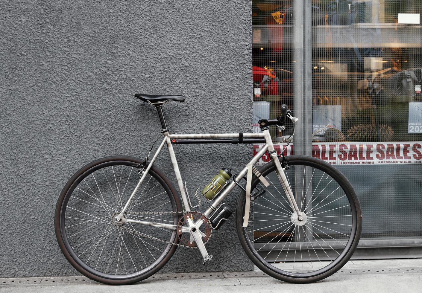 vecchia bicicletta arrugginita vicino al muro foto