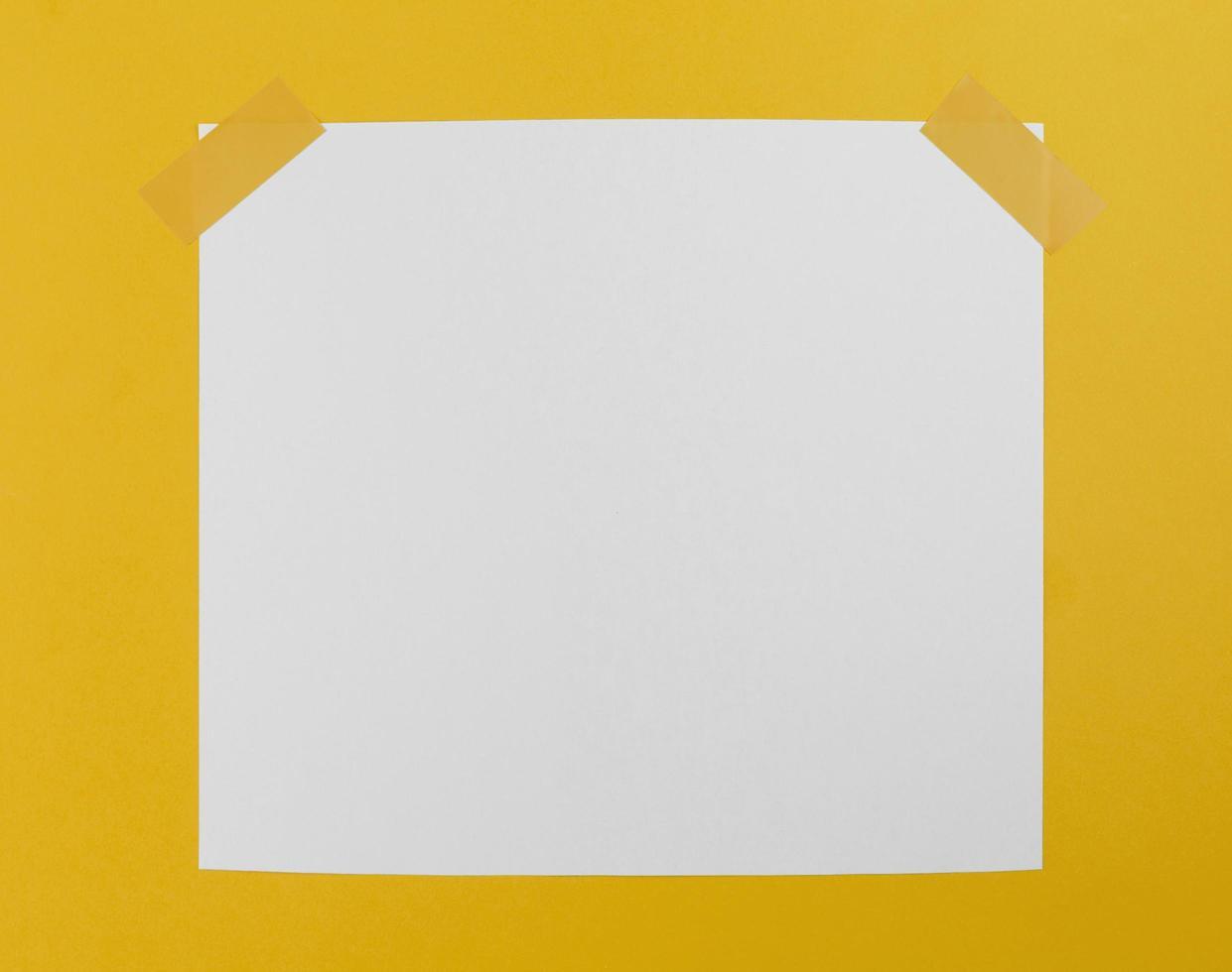carta vista dall'alto con nastro adesivo foto