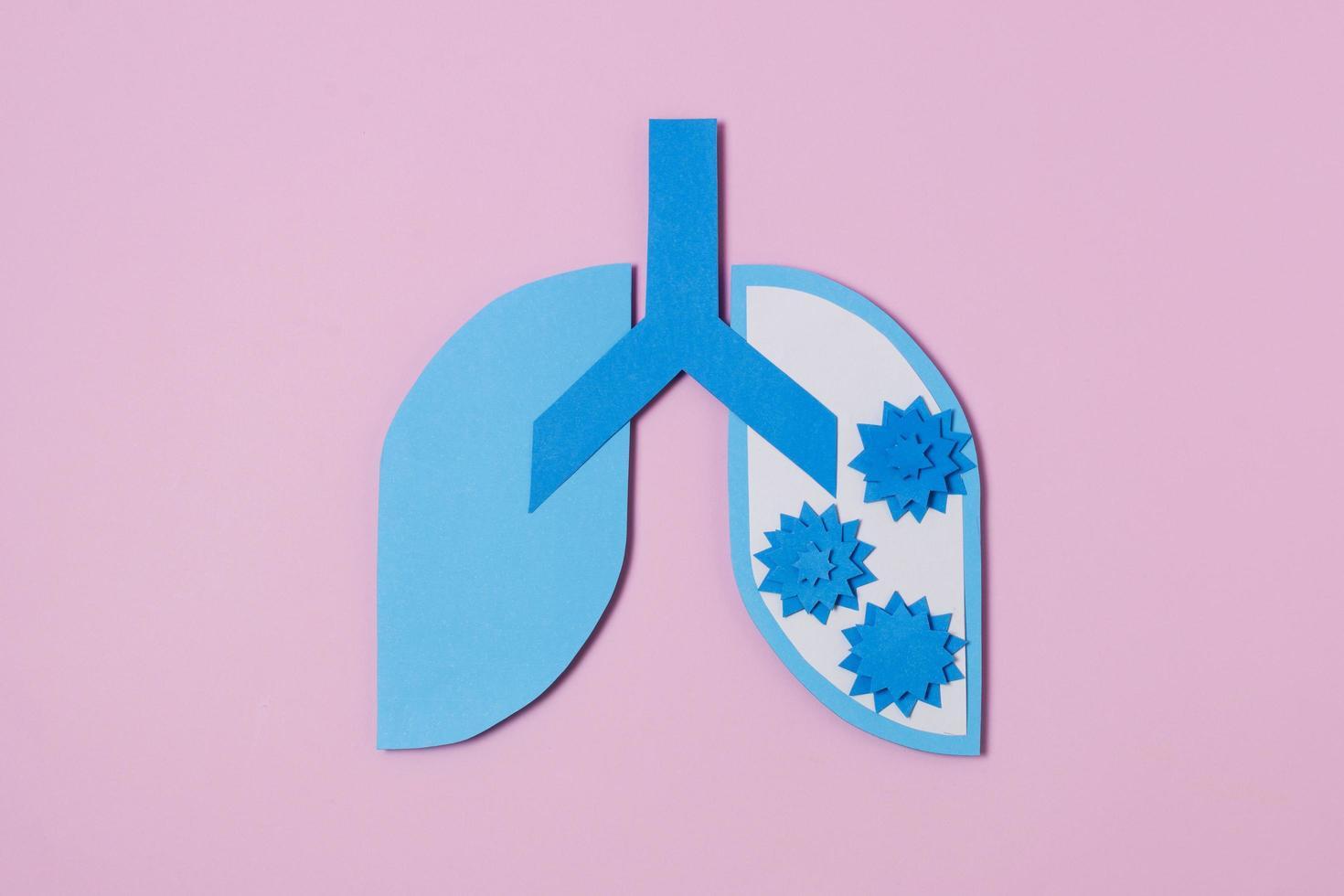 concetto covid con polmoni di carta blu foto