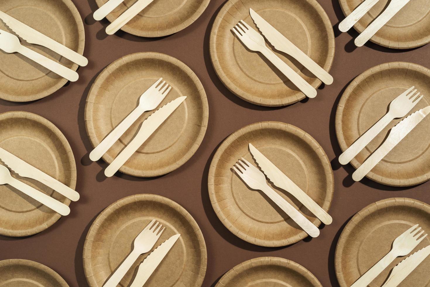 disposizione piatta di piatti e utensili usa e getta foto