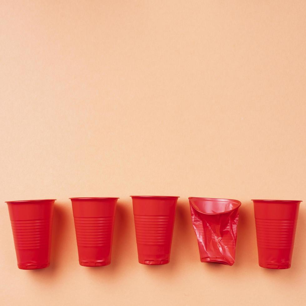 bicchieri di plastica usa e getta dispendiosi foto