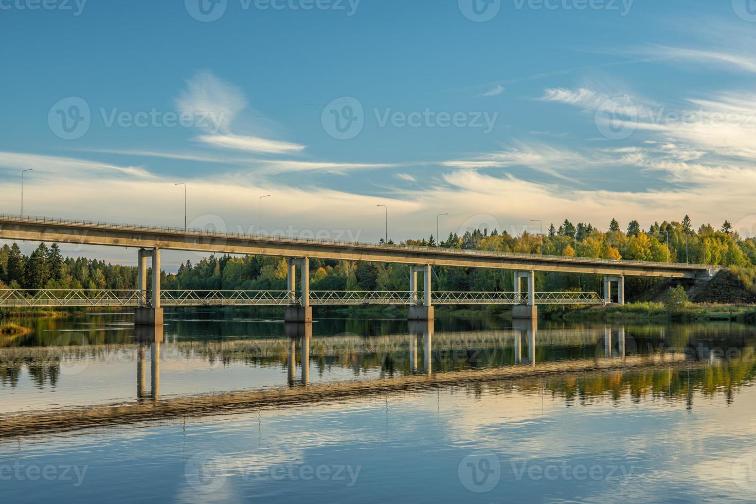 ponte di cemento che attraversa il fiume dal in svezia foto