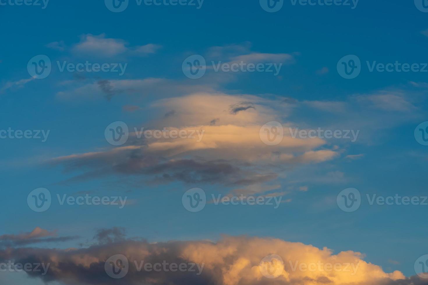bella nuvola nella luce del sole di sera giallo foto