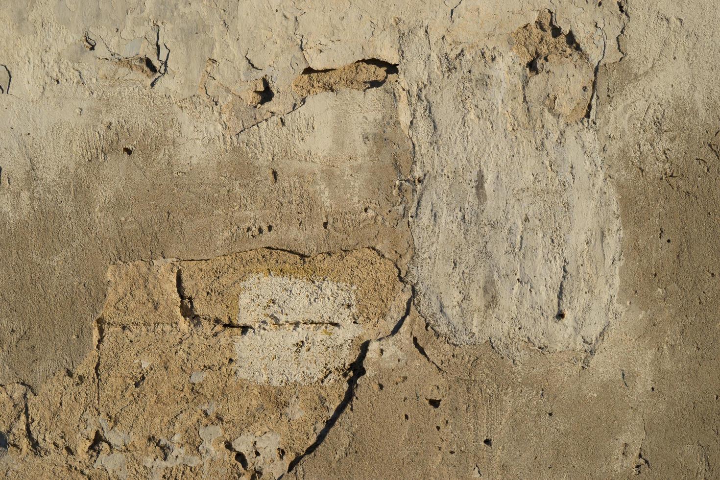 sfondo con muro di mattoni e intonaco pelato. foto