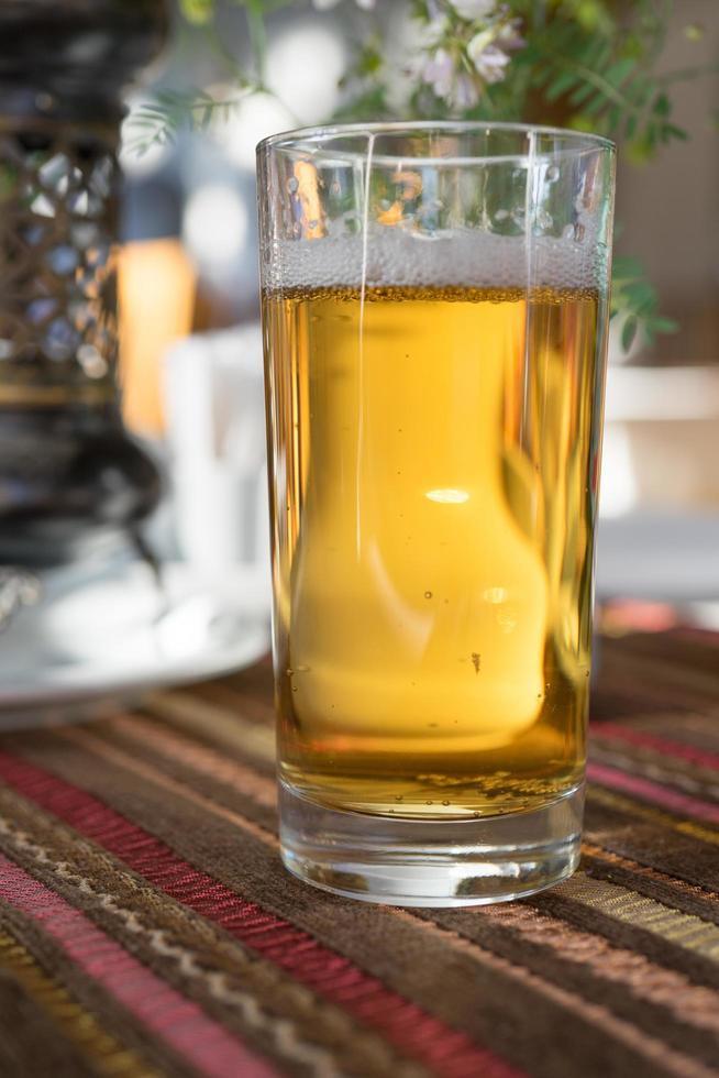 un bicchiere di birra analcolica nel caffè tartaro della Crimea. foto