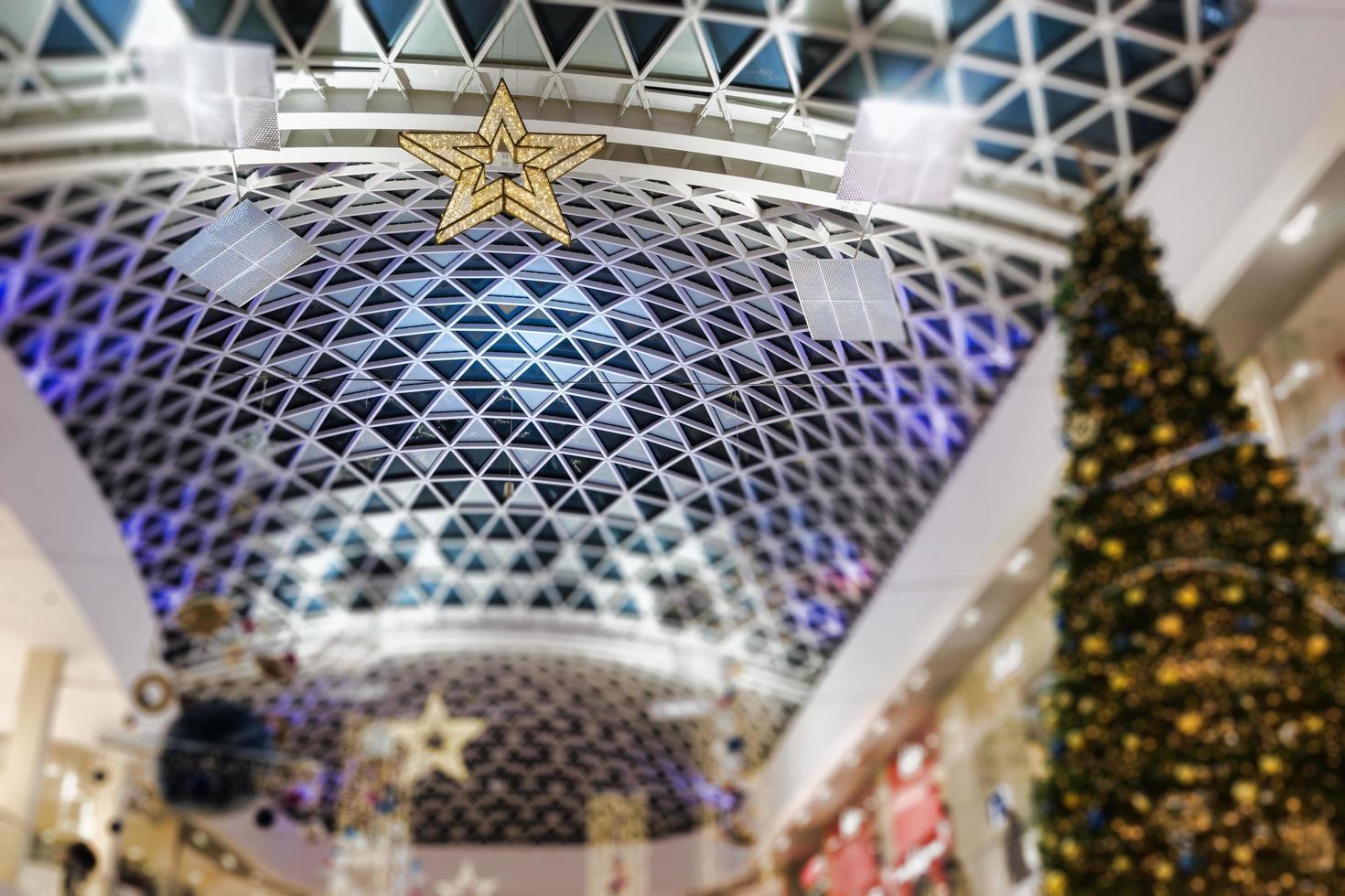 centro commerciale decorato per le vacanze di capodanno e natale. foto