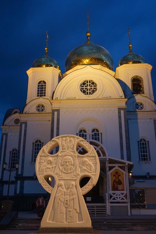 chiesa cristiana contro il cielo serale foto