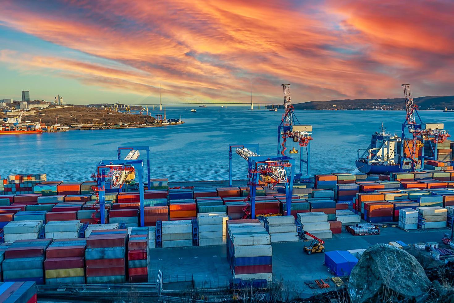 paesaggio industriale con vista sul porto foto