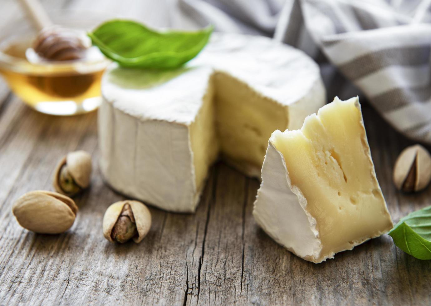 formaggio camembert con snack foto