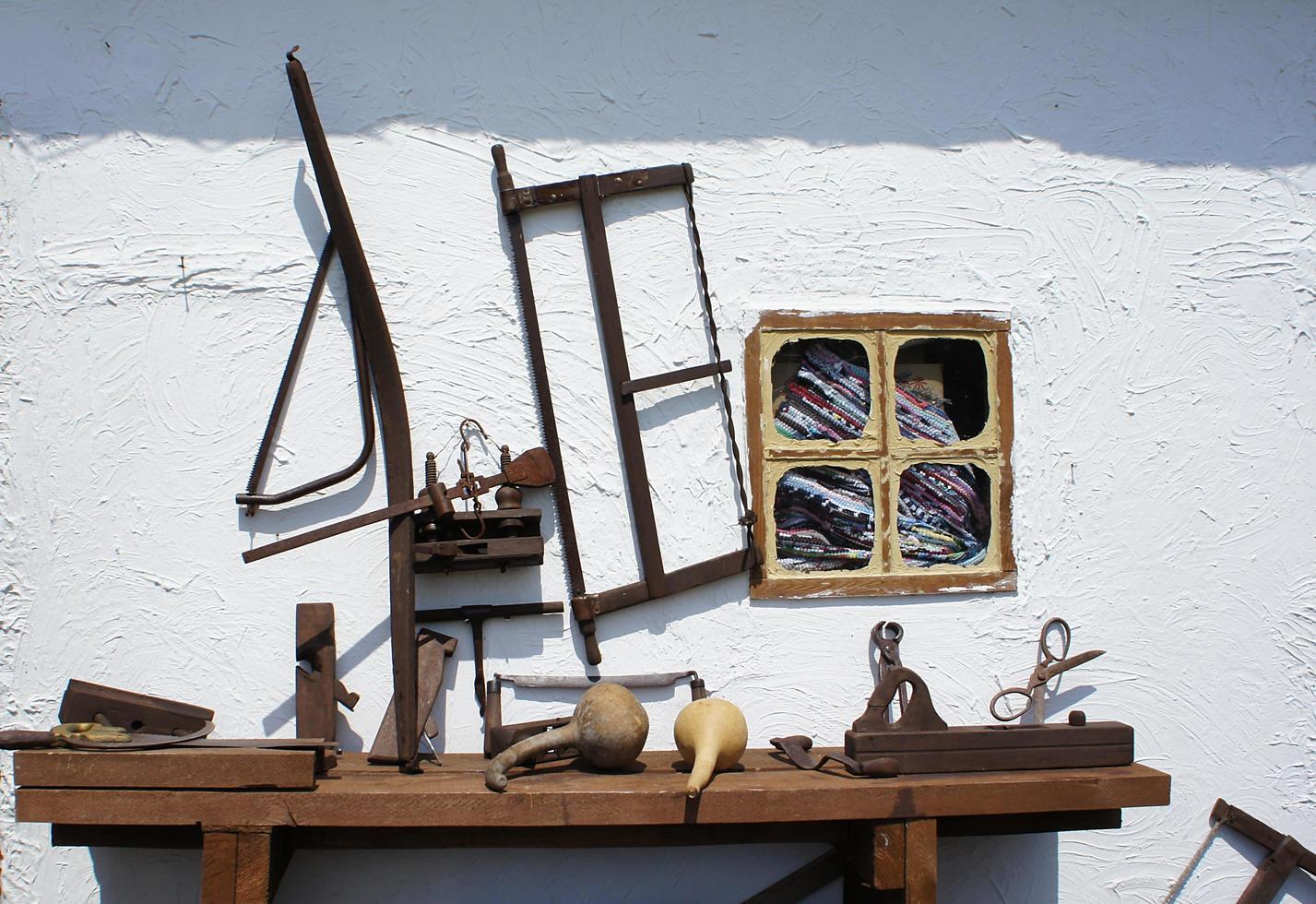 strumenti arrugginiti d'epoca su uno sfondo di muro bianco foto