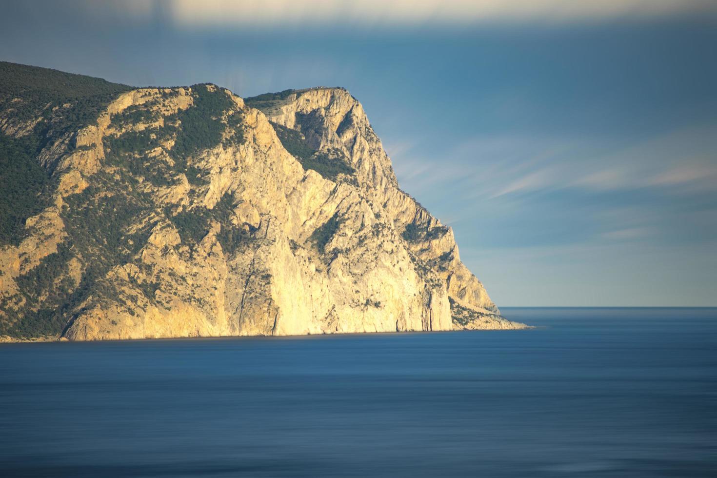 paesaggio naturale con mare e rocce. foto