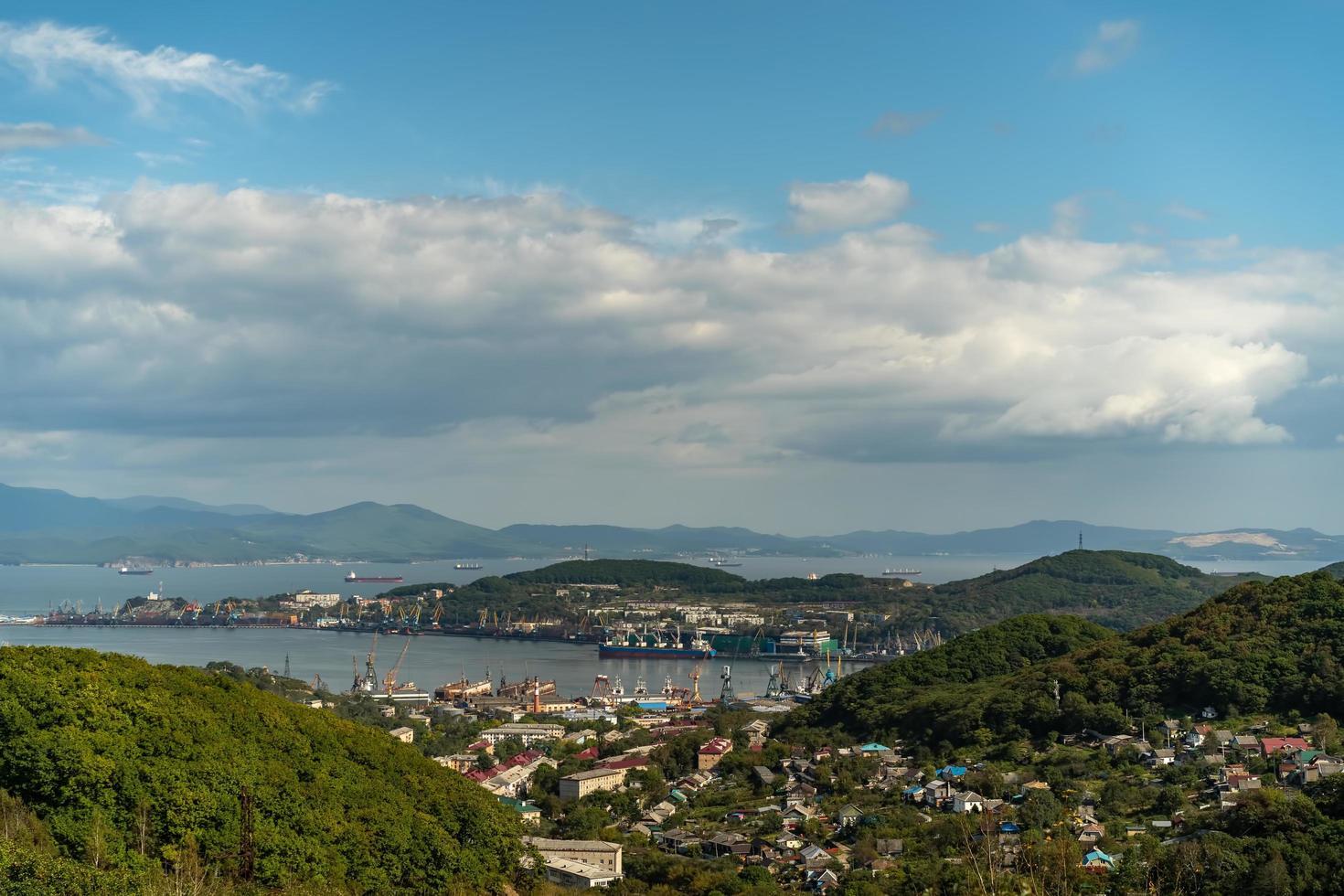 paesaggio urbano con vista sulla città e sulla baia di nakhodka foto
