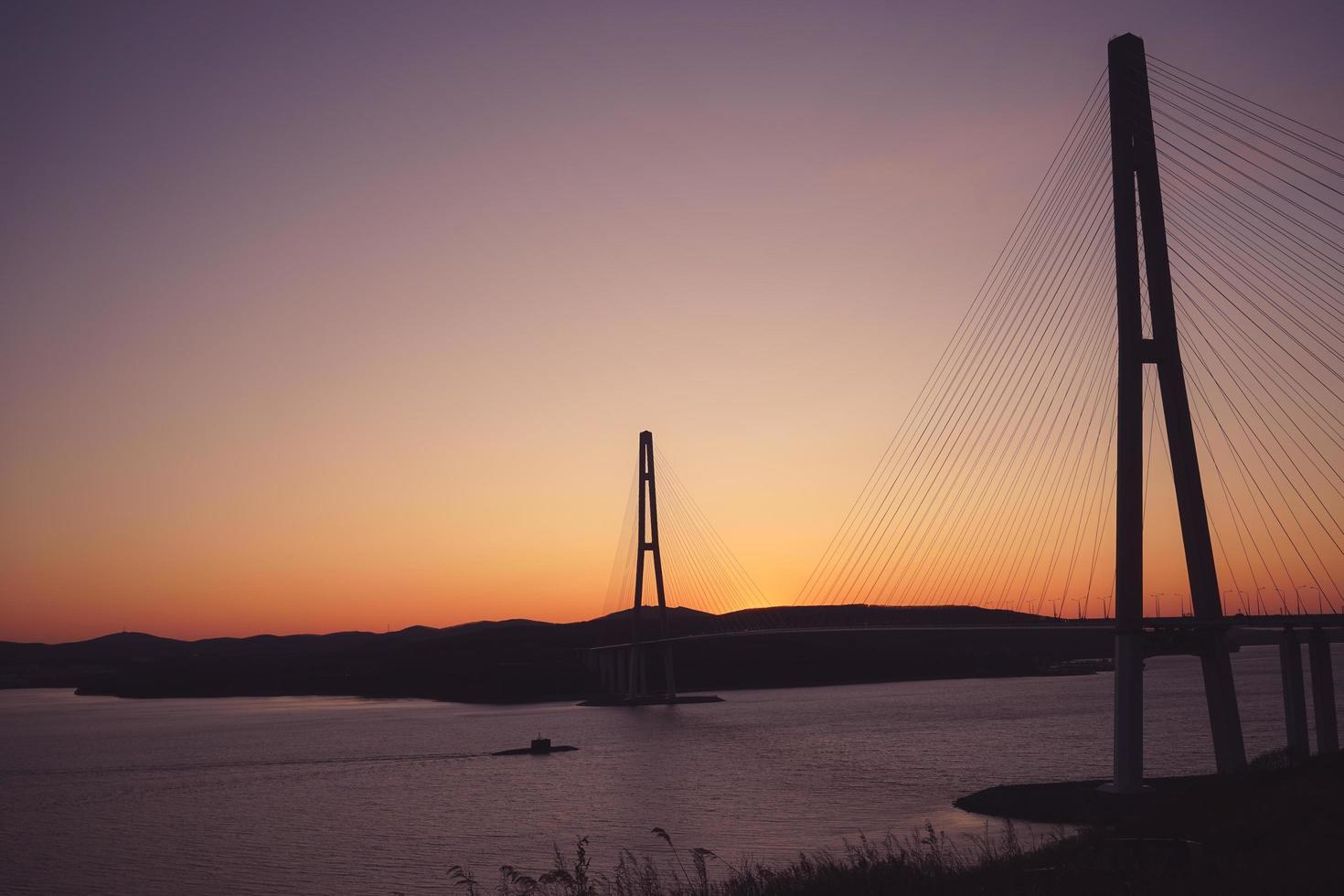 paesaggio marino con vista sul ponte russo al tramonto. foto