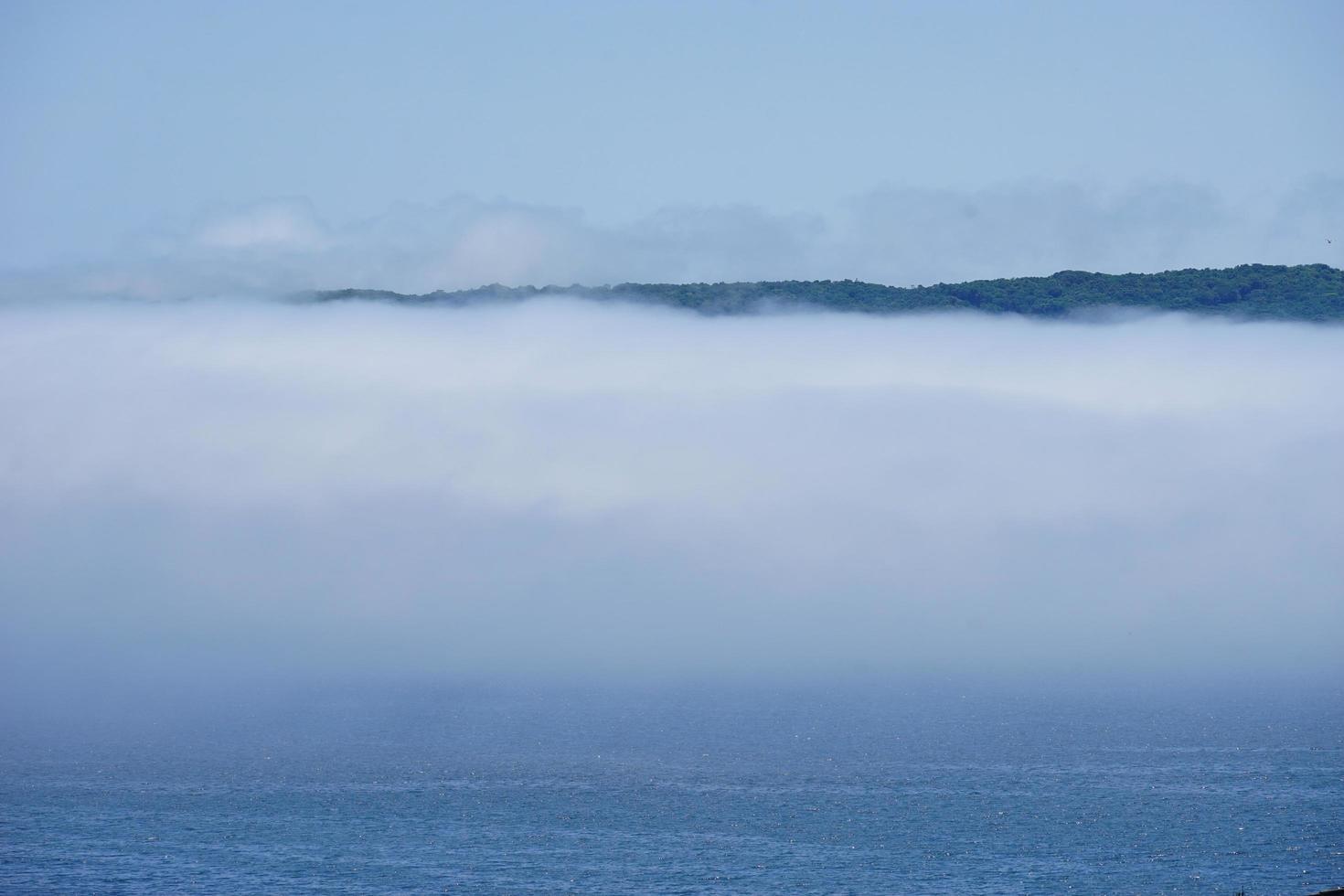 nebbia dell'estremo oriente sulla superficie del mare contro foto