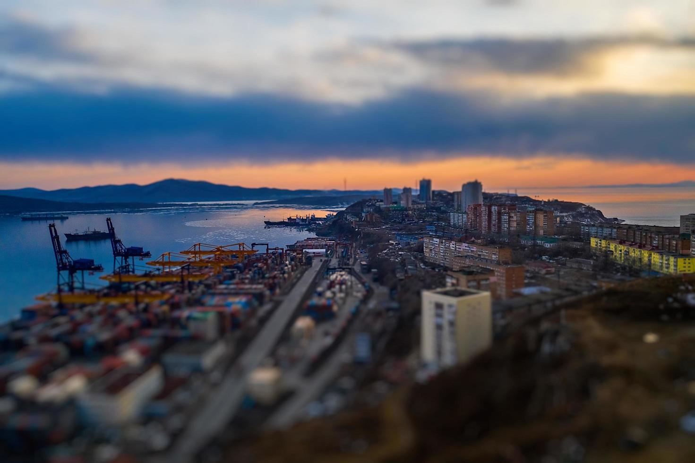paesaggio urbano con vista sul porto commerciale. foto