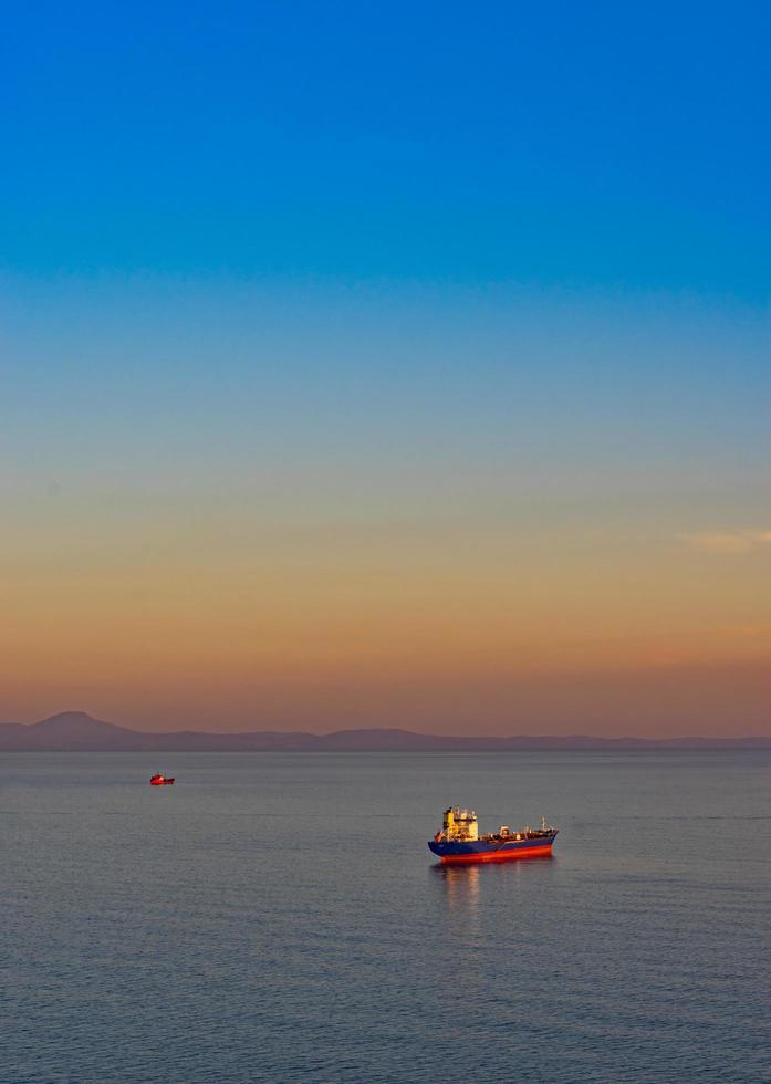 vista sul mare con petroliera e navi sullo sfondo del mare foto