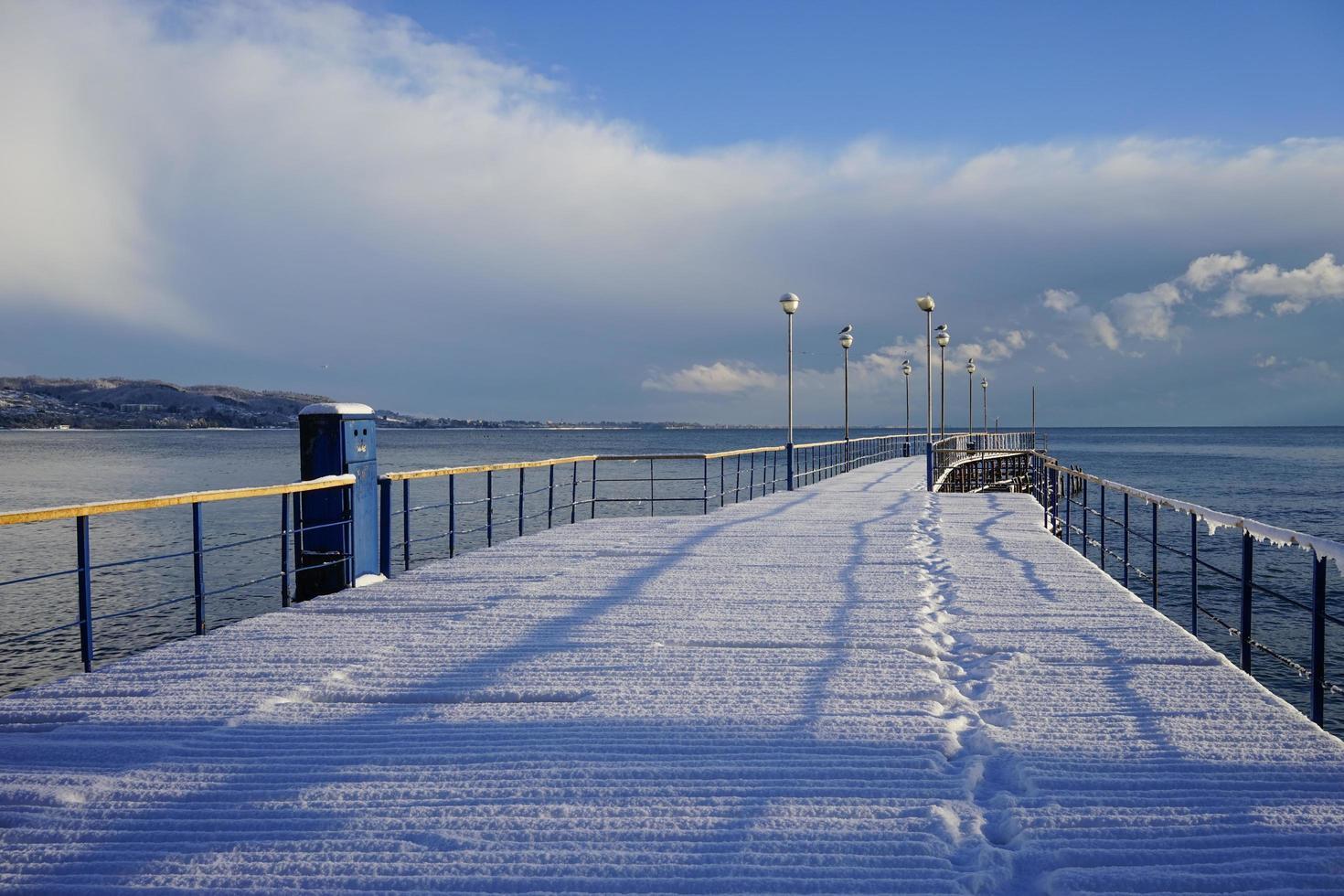 molo marittimo in un paese subtropicale sotto uno strato di neve foto