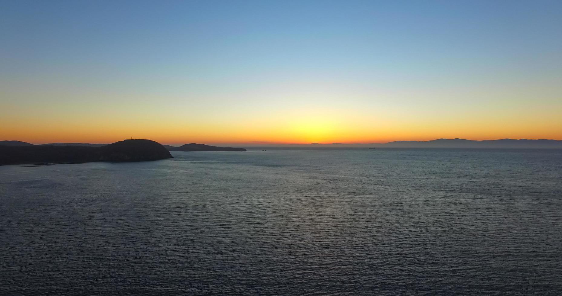 vista sul mare la sera con il tramonto. foto