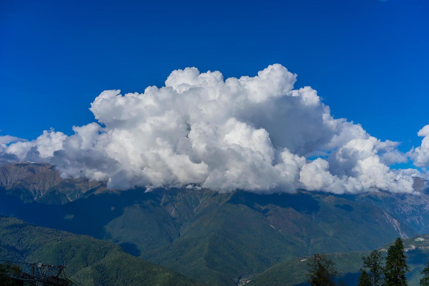 paesaggio di montagna contro il cielo blu nuvoloso in krasnaya polyana sochi foto