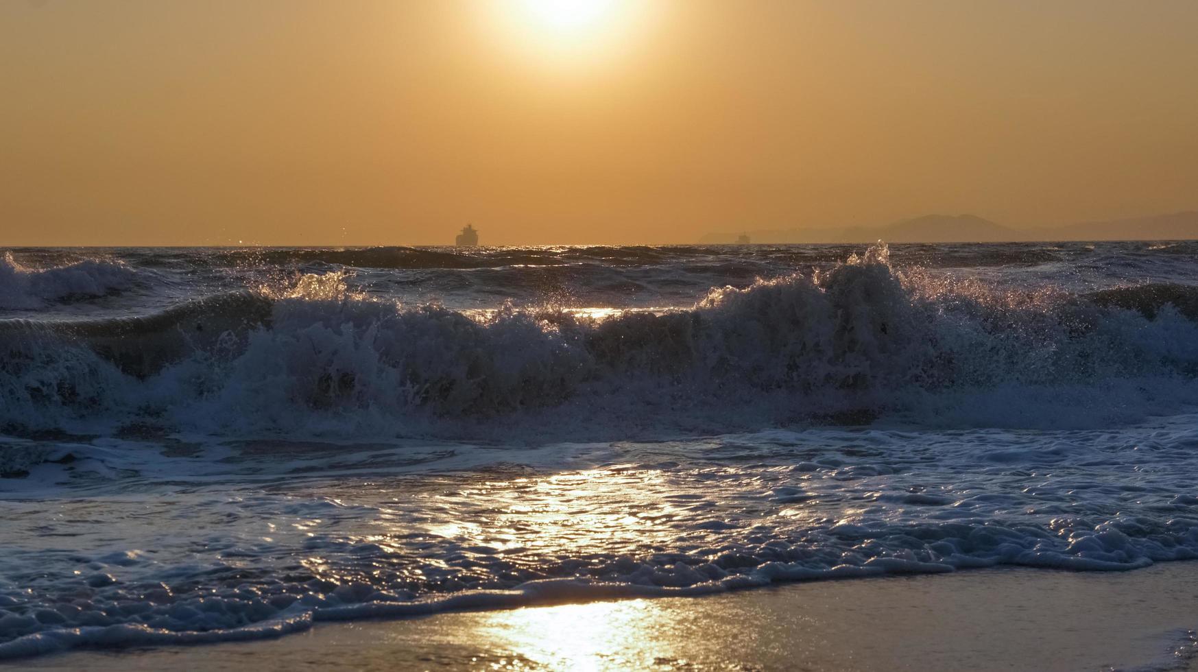 tramonto mare orizzonte nave da carico silhouette paesaggio. foto