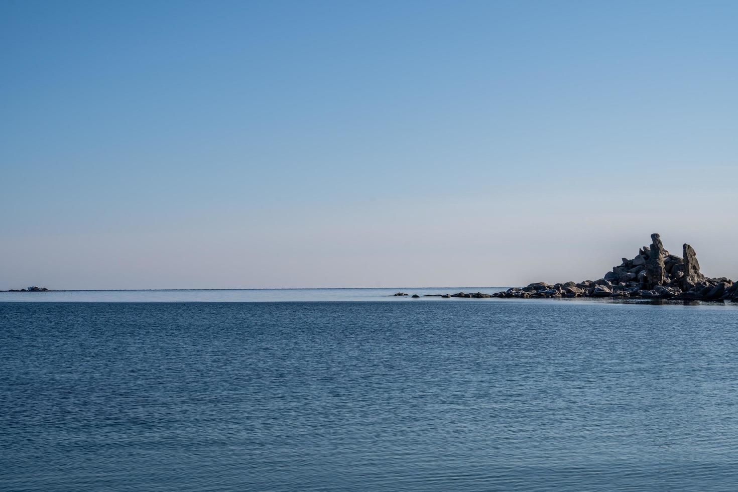 paesaggio marino con bellissime rocce nella baia foto