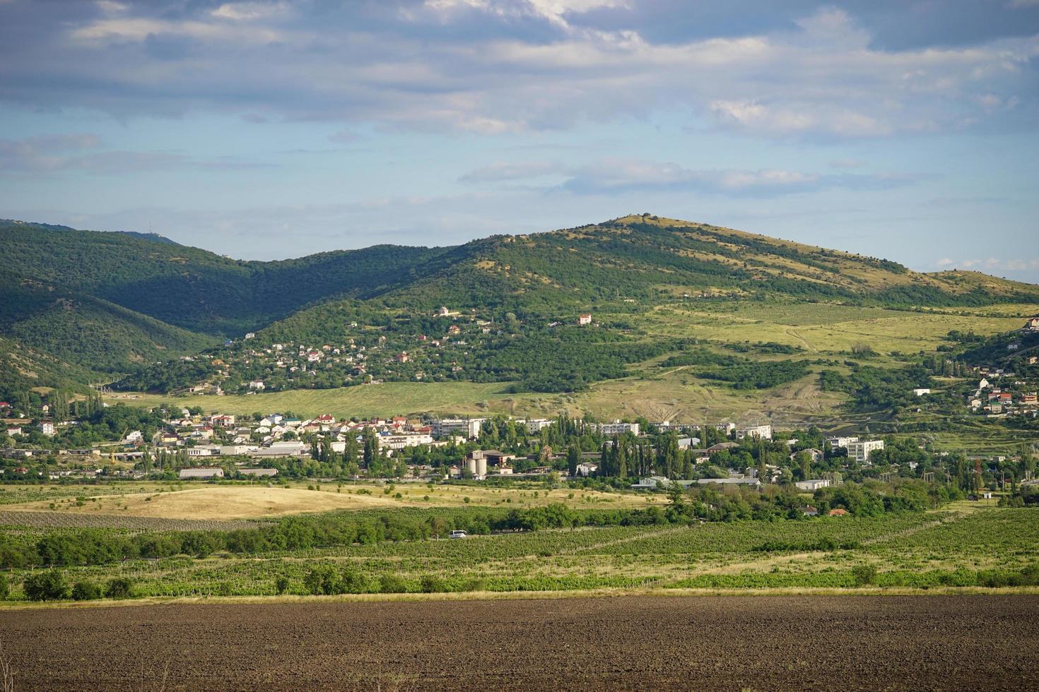 paesaggio con vista su campi e montagne foto