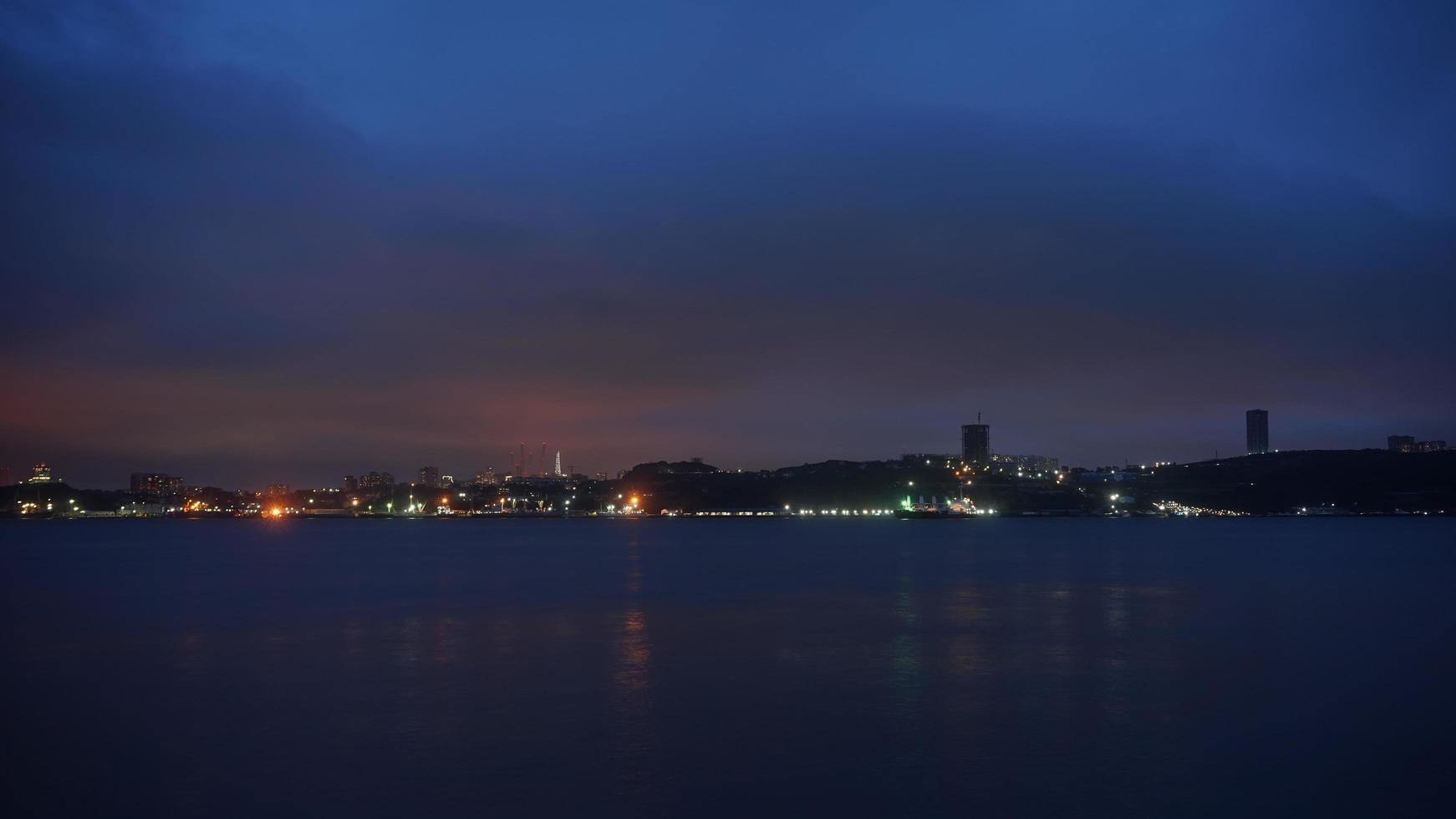 vista sul mare con costa nell'ora blu. foto