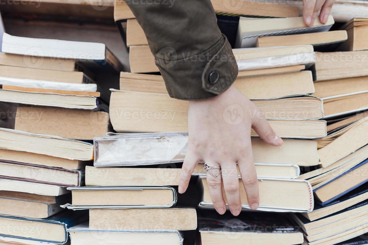 persona che guarda vecchi libri foto
