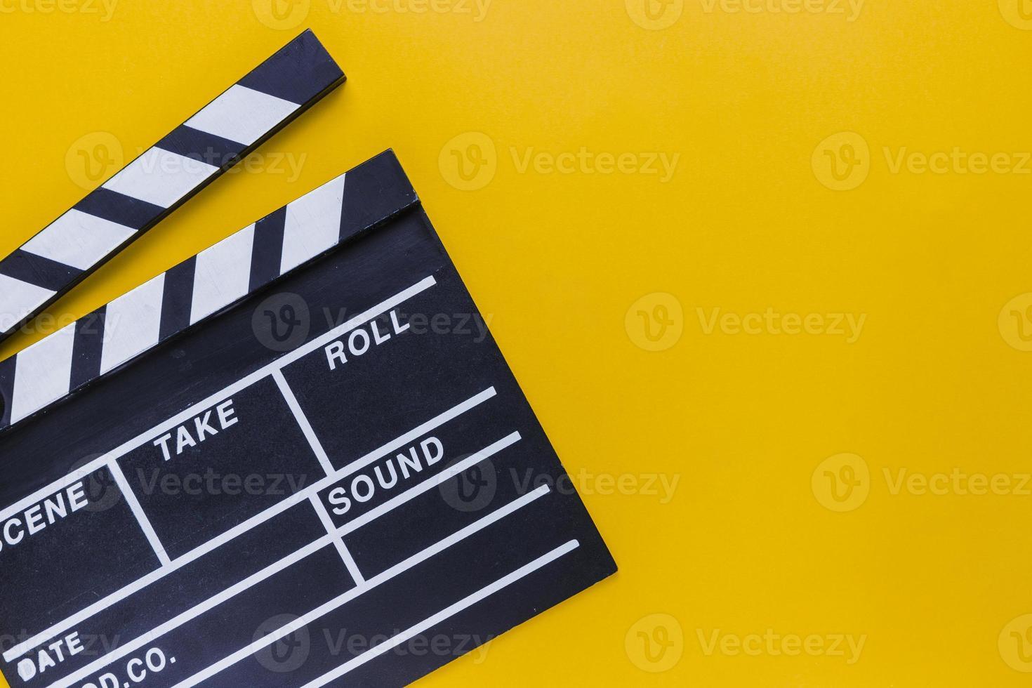 scatola di popcorn con biglietti del cinema su sfondo giallo foto