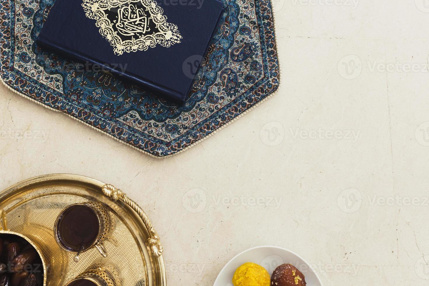 concetto di Ramadan con Corano e copyspace foto