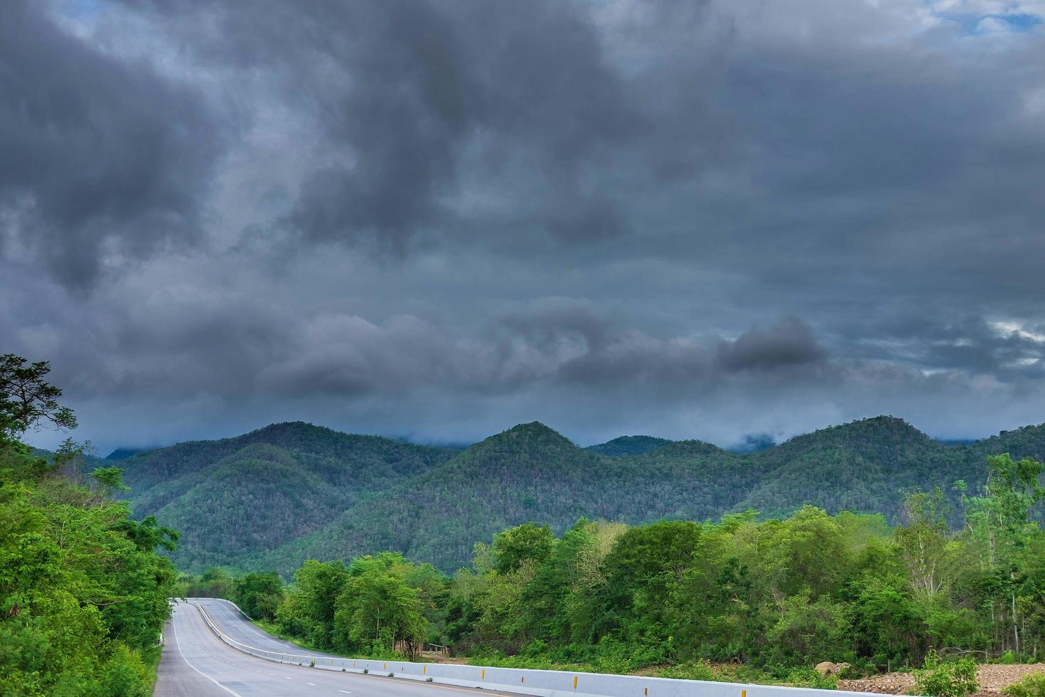 pioggia battente e nuvole sulle montagne foto