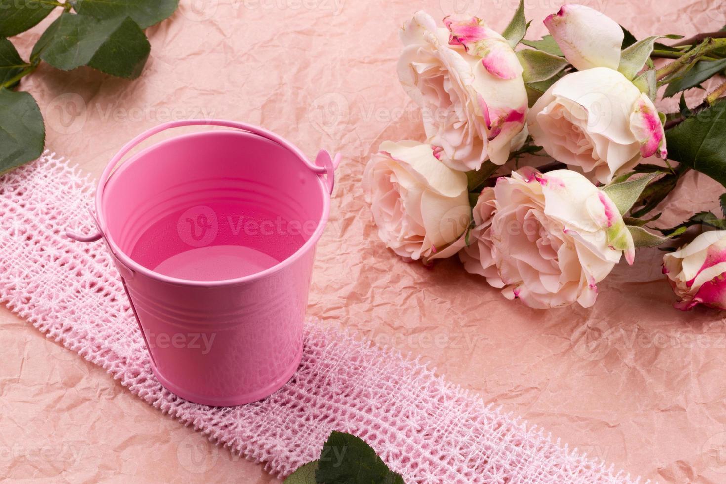 un bouquet di bellissime rose su uno sfondo rosa artigianale con spazio per il testo foto