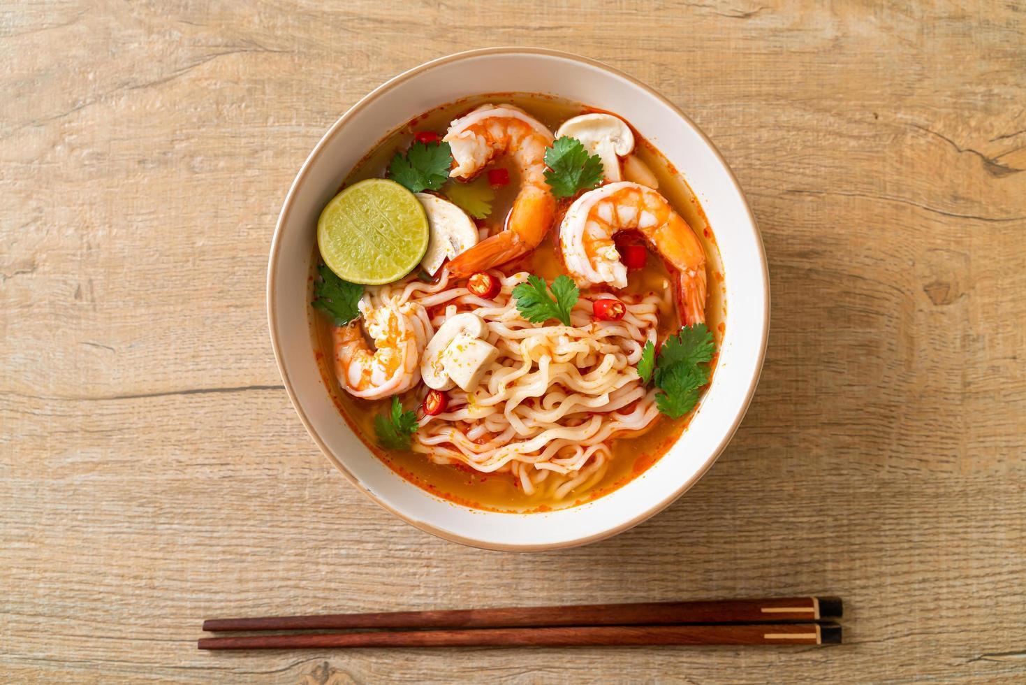 noodles istantanei ramen in zuppa piccante con gamberi - tom yum kung - stile asiatico foto