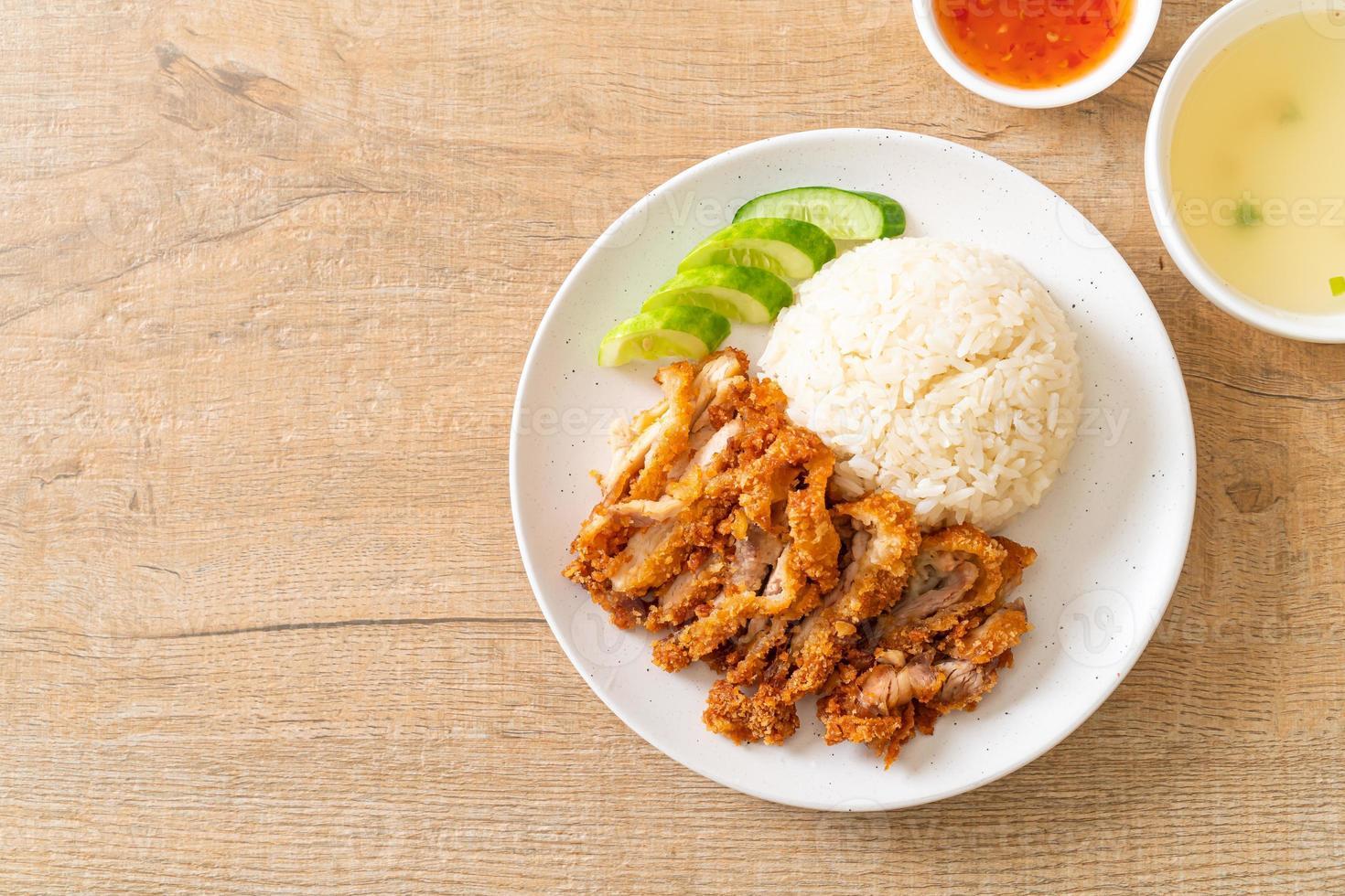 riso al pollo hainanese con pollo fritto foto