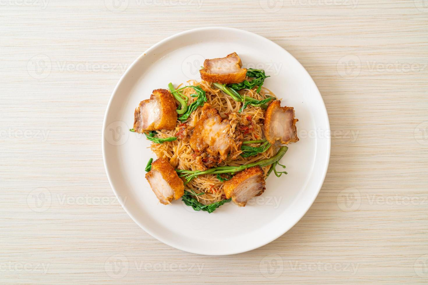 vermicelli di riso saltati in padella e mimosa d'acqua con pancetta di maiale croccante foto