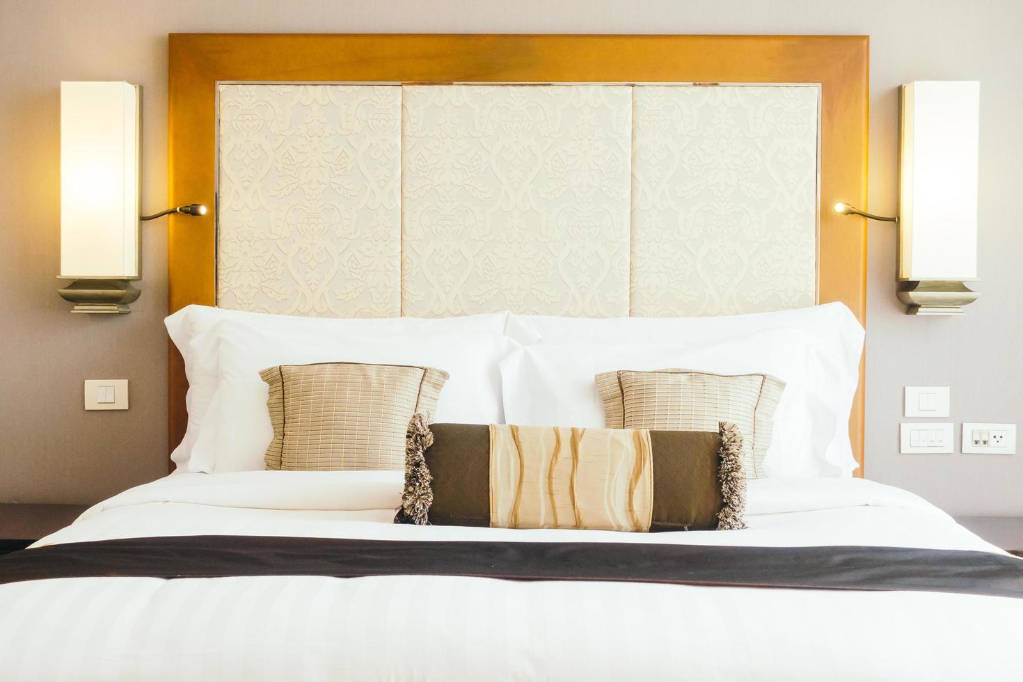 cuscino sul letto foto
